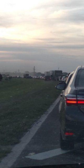 Lar gas colas se formaron en la autopista por el derrame de la carga de un camión. (Foto: @ro_sca)