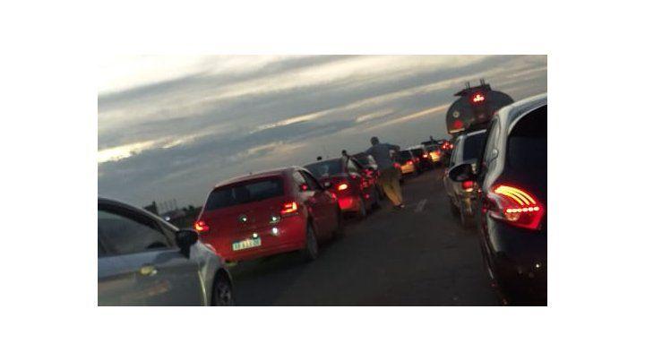 Un camión desparramó la carga de carne que llevaba en la autopista y hubo caos de tránsito