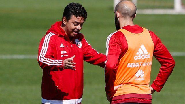 El Muñeco dialoga con el zaguero en un entrenamiento millonario.