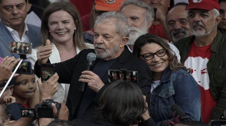 Lula despliega una pancarta de sus militantes junto a su pareja