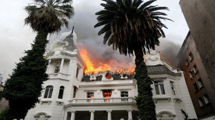 Destrozo. El techo de la sede universitaria fue invadido por el fuego a media tarde de ayer.