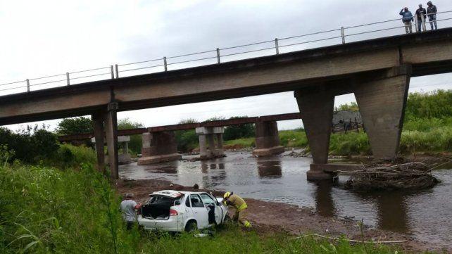 El vehículo terminó en el cauce del Saladillo que actualmente está muy bajo.