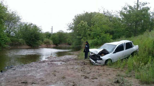 El auto quedó en el cauce del arroyo, que actualmente está con muy poca agua