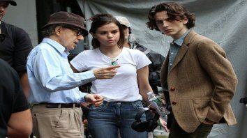 Woody Allen, Selena Gómez y Timothée Chalamet en el set de Un día lluvioso en Nueva York.