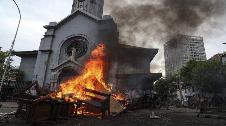 Vandalismo. Una iglesia en llamas durante la marcha del viernes.