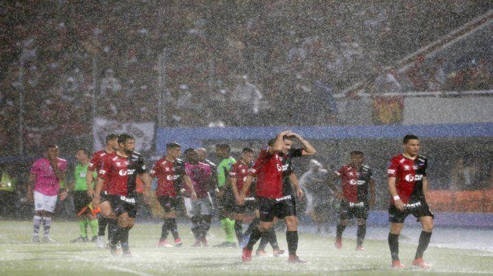 Los jugadores de Colón recibieron el primer gol y la acción se interrumpió por el diluvio. Estuvieron muy cerca.