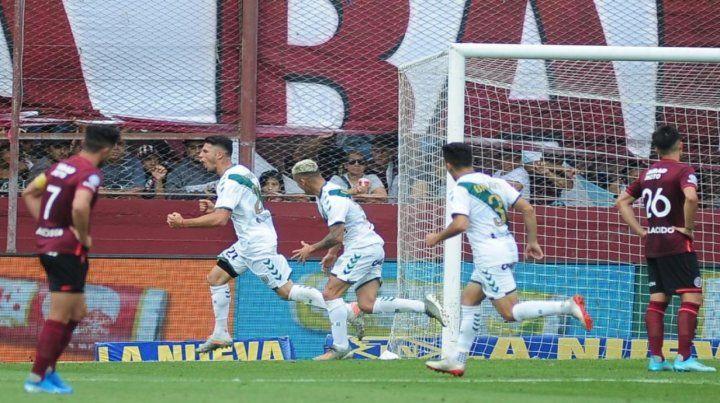 El gol del Taladro. Julián Carranza marcó la diferencia en el clásico del sur bonaerense.