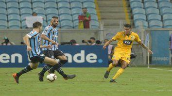 Ojeda interviene en el juego en el partido ante Gremio, la única vez que jugó en el ciclo de Diego Cocca.