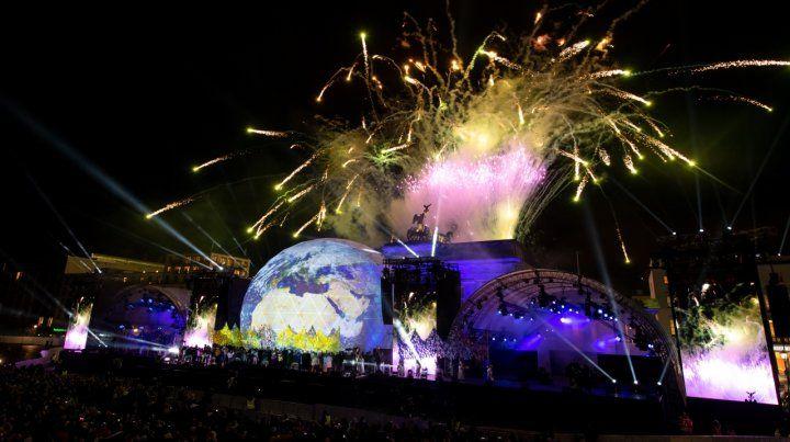 Fuego artificiales iluminan el cielo. Por el imponente escenario pasaron los elencos musicales.