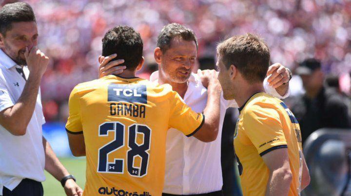 Diego Cocca felicita a sus jugadores tras el triunfo en el Monumental.