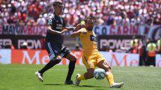 Todoterreno. Rinaudo se esfuerza y va al piso ante el asedio de Suárez. Fito hizo un gran partido.