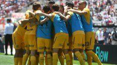 Unidos triunfaremos. Gamba ya venció la resistencia de Armani y celebra el gol junto a sus compañeros.