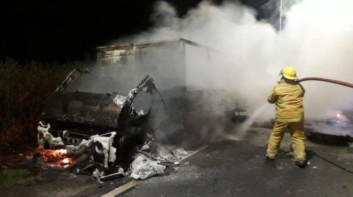 Se incendió un camión que trasladaba aceite para reciclaje