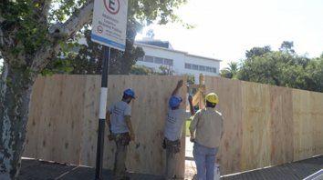 Manos a la obra. Un grupo de operarios terminó de instalar ayer el vallado que delimita el sector donde se realizarán los trabajos de ampliación.