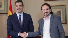 firma. El presidente español y el líder de Unidas Podemos se saludan ayer.