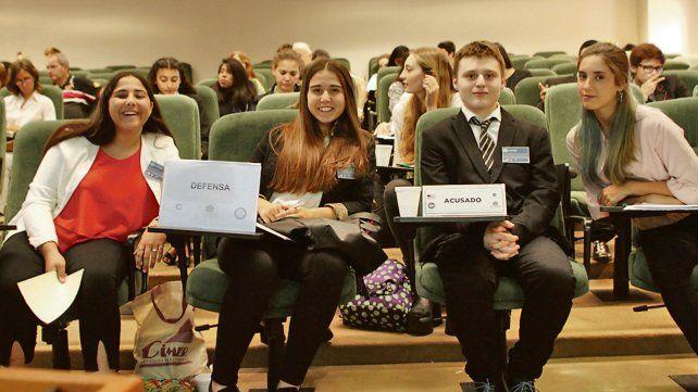 Chicos de los últimos años de distintas escuelas secundarias participaron del simulacro de juicio del programa.