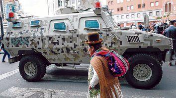 Las fuerzas de seguridad en las calles de Bolivia reavivaron el debate sobre dictadura y democracia en la región.
