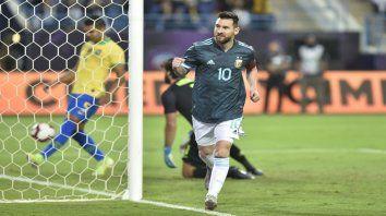 Grito de gol. Lionel Messi corre a celebrar el gol tras corregir el despeje de Alisson en el penal.