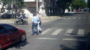 Cruzando la calle. El chofer colaboró con el no vidente.