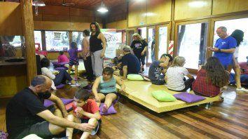 Día de juegos. Los padres adoptivos compartieron ayer experiencias en una jornada para grandes y chicos.