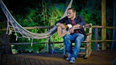 Serrano viene a mostrar su último disco, Todavía, un álbum acústico grabado en una casa de Tigre, en un clima de guitarreada con amigos.
