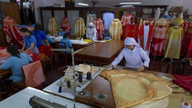 Las costureras que han trabajado incansablemente los últimos días en las instalaciones de una escuela.