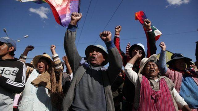 movilizados. Militantes del MAS bloqueaban ayer una autopista que ingresa a La Paz.