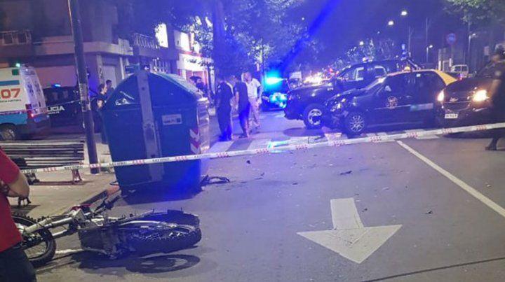 Dos hombres en moto chocaron contra un taxi después de tirotear a la policía.