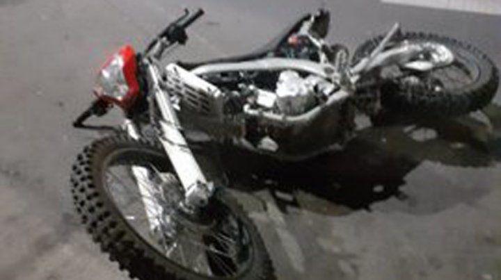 La moto en que se trasladaban los delincuentes.
