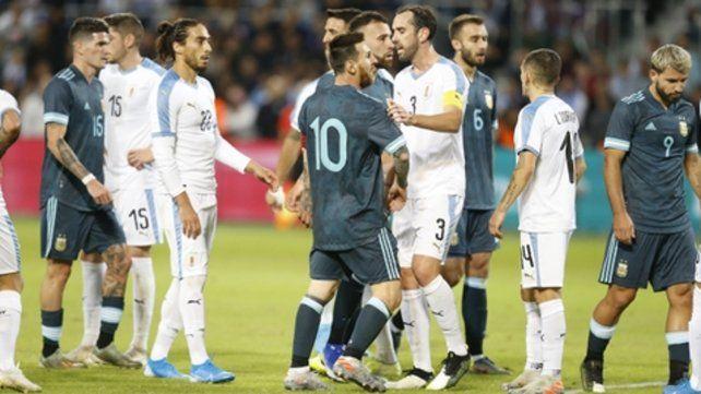 Discutido. Godín trata de calmar a Messi