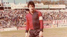 Con la rojinegra. Y la cinta de capitán en el estadio del Parque. De yapa, el autógrafo de Condorito Ramos.