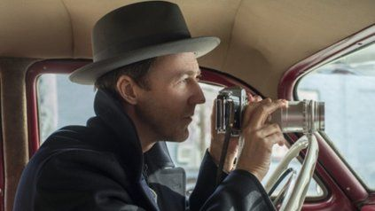 Tras las pistas. Norton es un detective que, investigando un crimen, descubre los entretelones de un oscuro negocio.