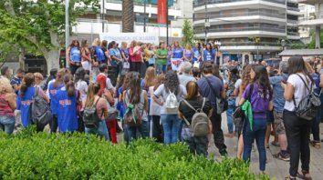 La suma de las voces. Las mujeres sindicalistas se hicieron escuchar ayer en la plaza Pringles.