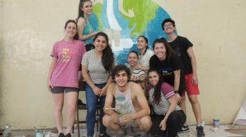 donar tiempo. Pintar, limpiar, acompañar o jugar son las propuestas para participar de un día de voluntariado con jóvenes de Rosario en Acción.
