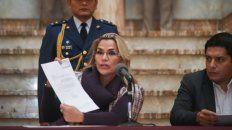 miren. La presidenta interina Jeanine Añez muestra a la prensa el proyecto de ley que envió al Senado.