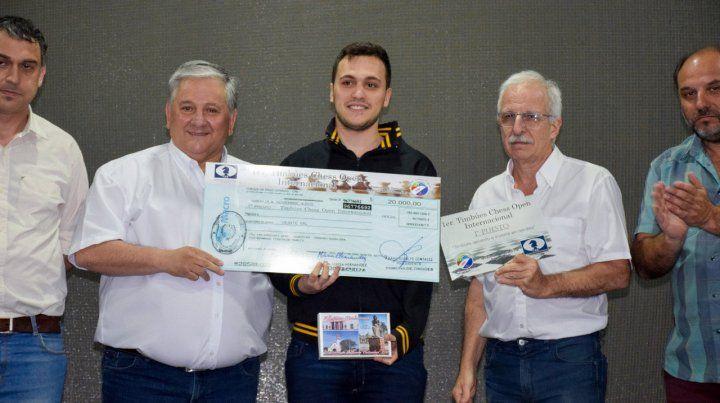 Entrega de premios. González con los ganadores del certamen.