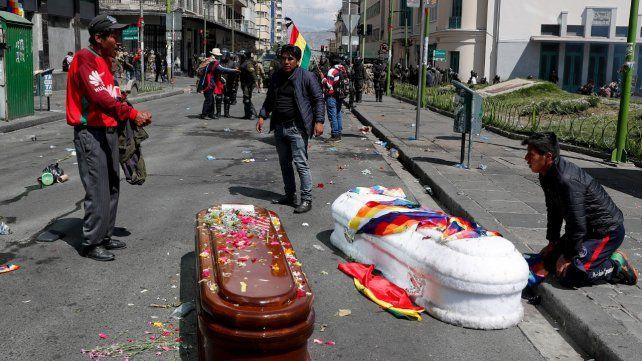 Brutal. Los ataúdes de los muertos de El Alto terminaron en las calles de La Paz.