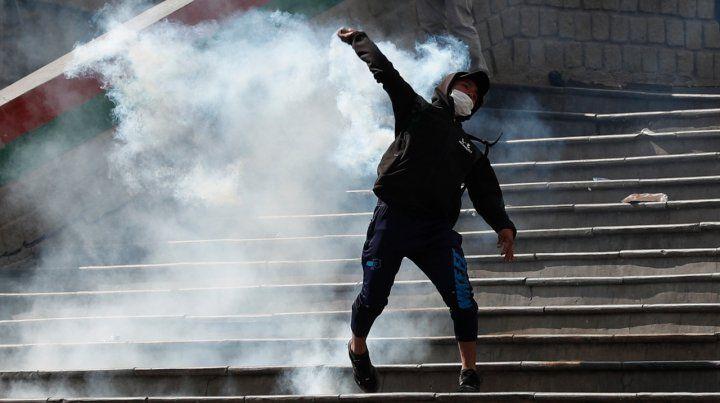 Masiva marcha en La Paz termina con corridas y gases