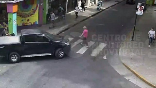 El impactante video de una mujer que es atropellada por una camioneta en Mitre y Tucumán
