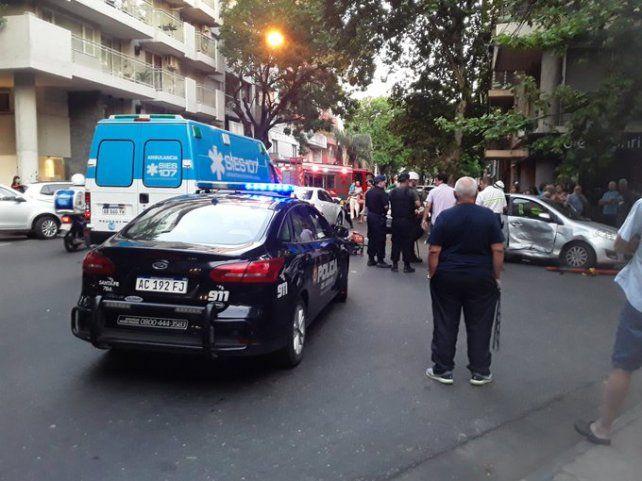 El Fiat Palio terminó con toda la puerta delantera del acompañante hundida y sobre la vereda. (Foto:@1978_facundo)