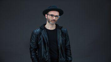 El artista local le dijo a Escenario que su música es un arma contra la hostilidad del mundo.