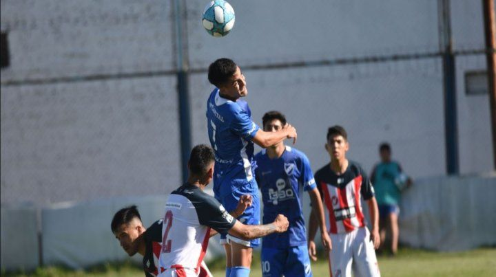 Nazareno Bartomioli salta a cabecear la pelota pero no le pudo dar destino de gol