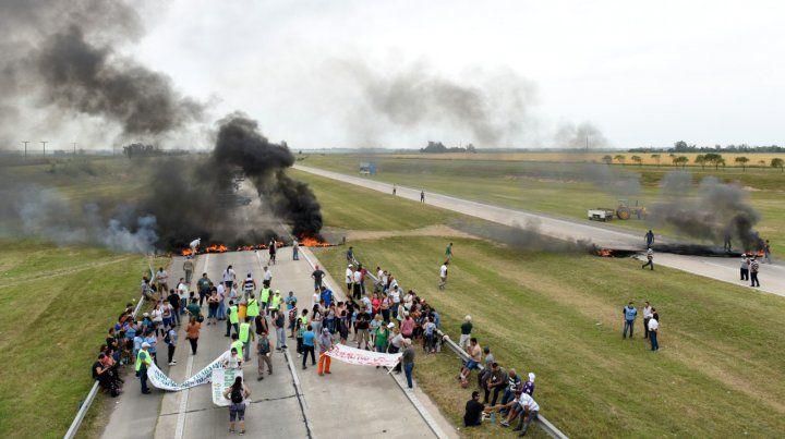 Crisis. Por la falta de pago los trabajadores llegaron a cortar la autopista.