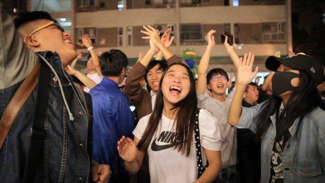 Abrumadora victoria electoral de los demócratas de Hong Kong