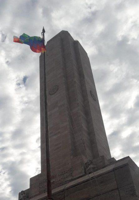 La bandera Whipala flamea en el Monumento en solidaridad con Bolivia