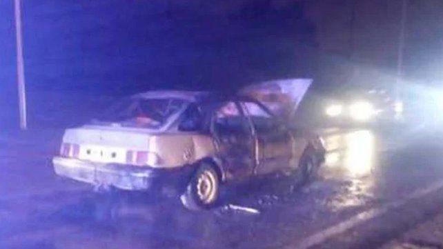 Un auto se prendió fuego con una familia adentro