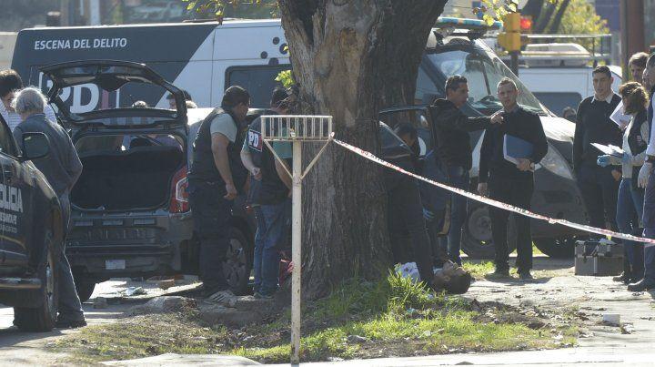 La policía trabaja en el lugar de la balacera.