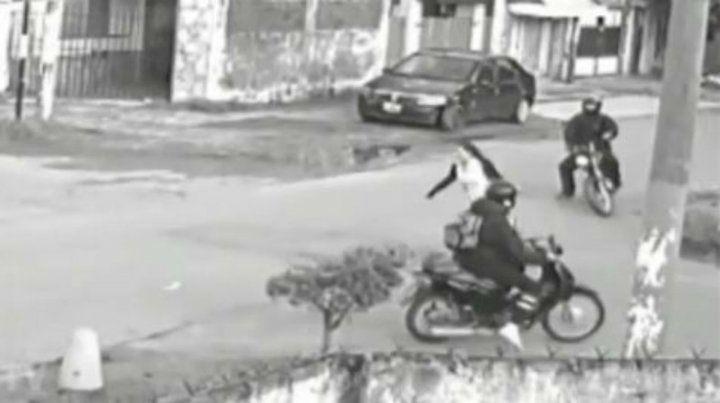 La cámara tomó el momento en el que Melina fue emboscada por ladrones en moto.