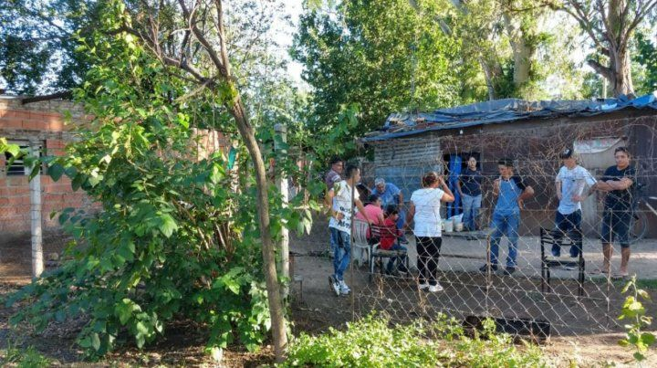 Familiares y vecinos aún no podían encontrar consuelo por el crimen de Fermina. (Foto: @radio2rosario)