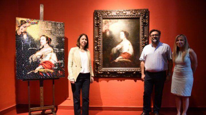 Exhibida. La obra (en el centro) junto a una reproducción realizada por un artista local (izquierda).